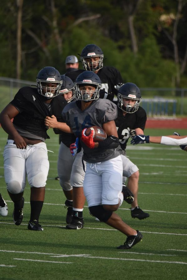 Free+run+%5C%5C+Junior+running+back+Tyler+Jackson+breaks+away+from+the+defense+for+a+big+gain+in+the+offense+versus+defense+inner+squad+Sept.+12+to+prepare+for+their+first+scrimmage+of+the+season+against+Plano+West.+