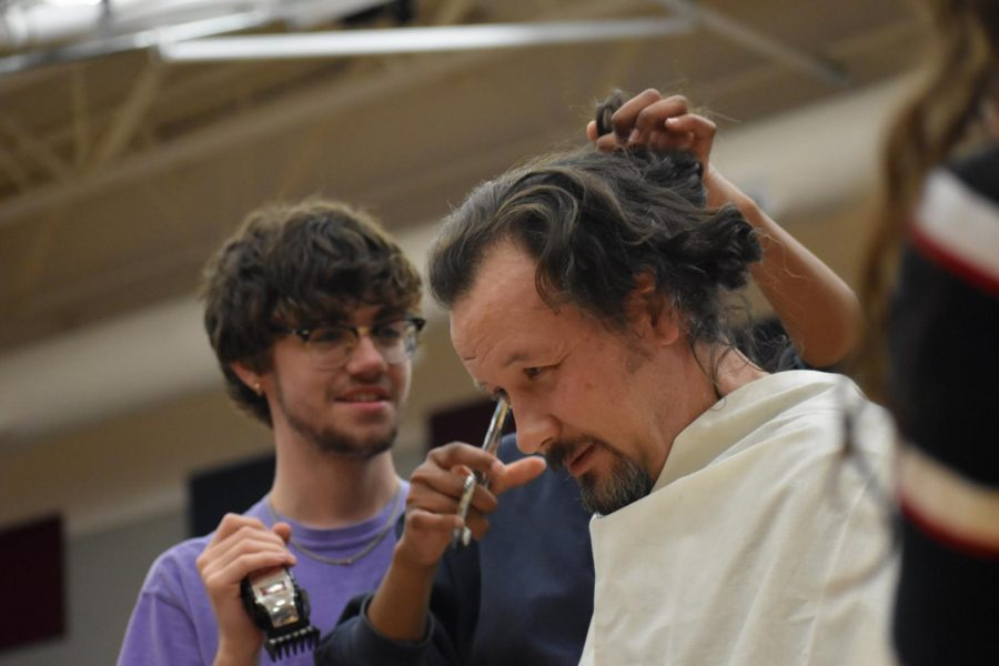 Cutting edge \\ Senior Hunter Snow assists other Student Council members in cutting Assistant Principal Mr. Kris Cravens' long locks.