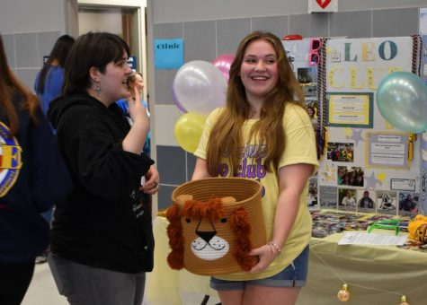 Sweet deal \\ Recruiting members to her table, junior Ava Rhodes hands out candy to entice students to join Leo Club at East Side Rally Aug 10. We love new members. Everyone should join Leo Club, Rhodes.